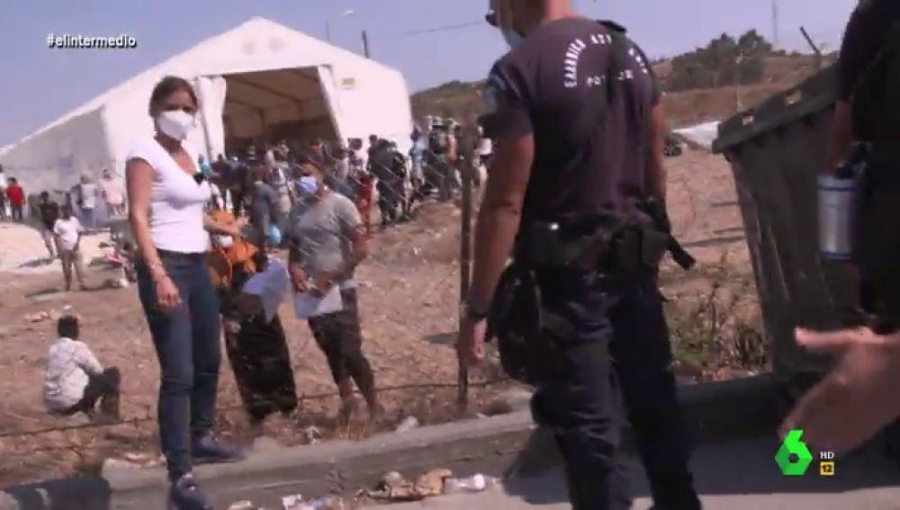 """El momento en el que la Policía griega evita que Andrea Ropero entreviste a refugiados en un campamento: """"¿Qué pasa?, nos echan"""""""