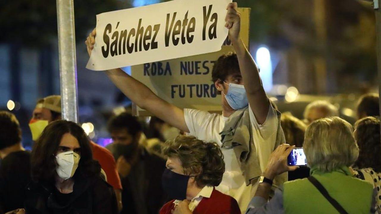 Protestas frente a la sede del PSOE en la madrileña calle Ferraz