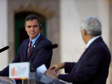 El presidente del Gobierno, Pedro Sánchez, y el primer ministro portugués, António Costa