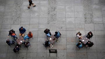 Varias personas en una terraza de la Plaza del Castillo de Pamplona