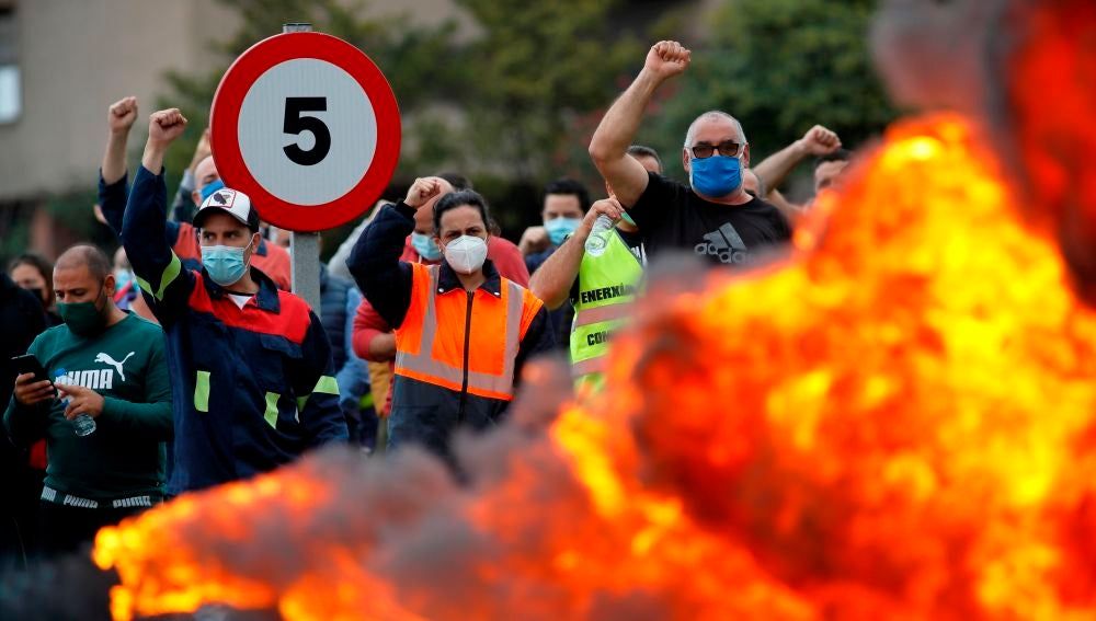 Trabajadores de Alcoa durante las protestas en las inmediaciones de la fábrica de aluminio