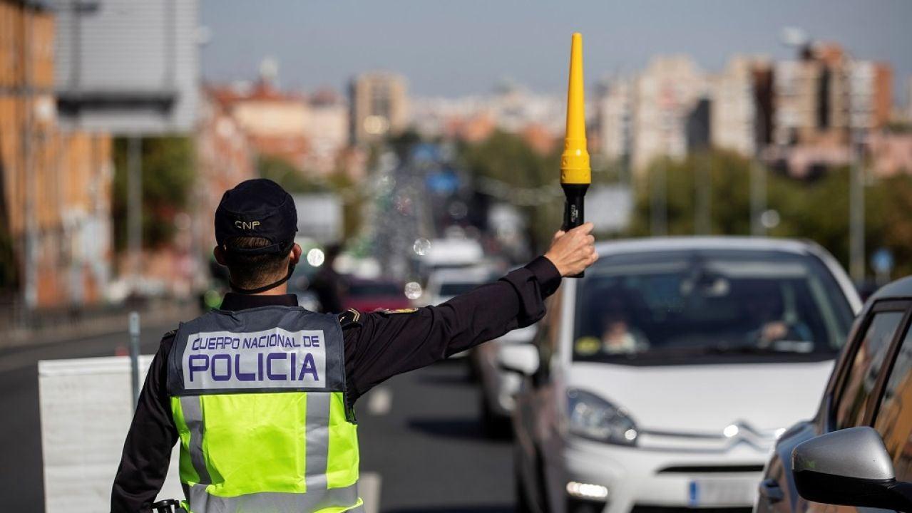 Imagen de un agente de policía realizando un control en Madrid tras decretarse el estado de alarma
