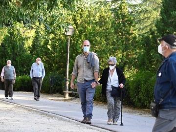 Imagen de vecinos del madrileño barrio de Moratalaz paseando este sábado