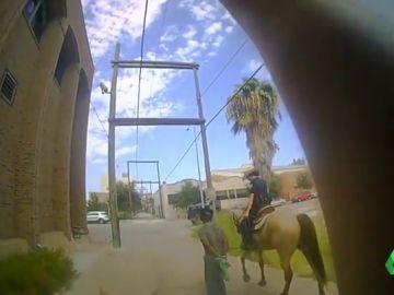 Un hombre afroamericano presenta una demanda por un millón de dólares después de que dos policías lo paseasen atado a una cuerda