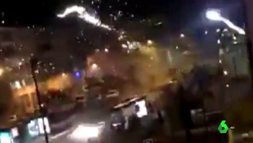 Decenas de personas atacan con fuegos artificiales una comisaría de Policía en una localidad al sur de París