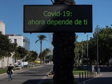 Una persona con mascarilla camina por el campus de la Universidad Politécnica de València