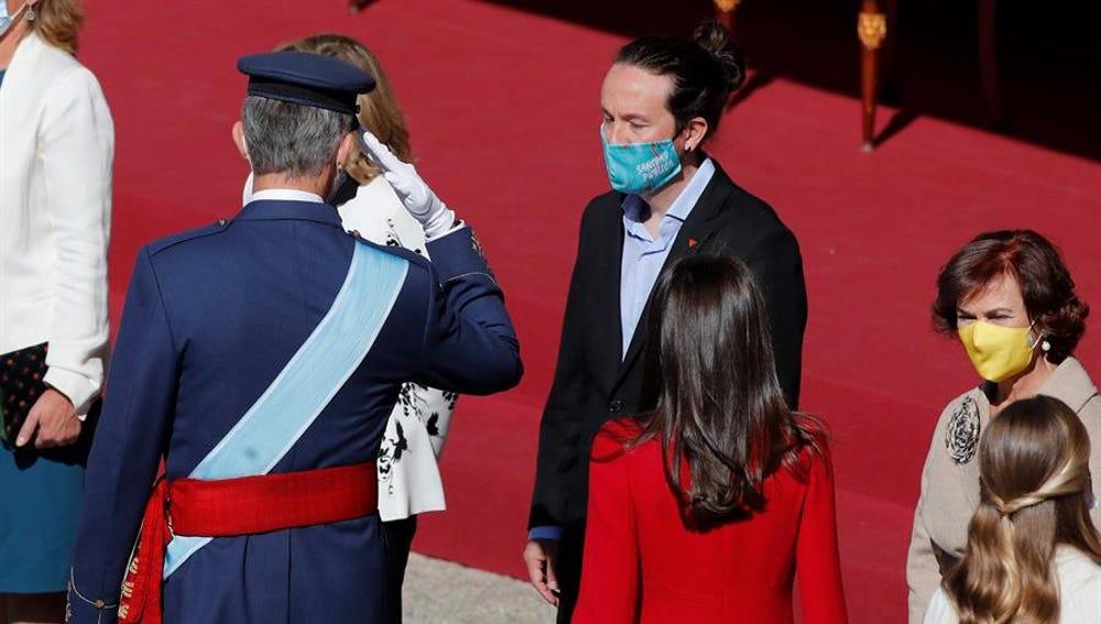 El rey Felipe VI saluda al vicepresidente segundo, Pablo Iglesias