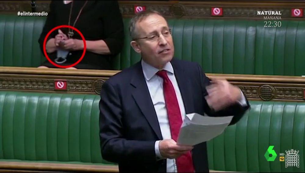 El vídeo más surrealista del Parlamento británico: así limpia una diputada sus gafas con la mascarilla
