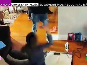 A golpe de juguete: así reacciona un niño al ver a un grupo de ladrones con pistola pegando a su madre en su casa