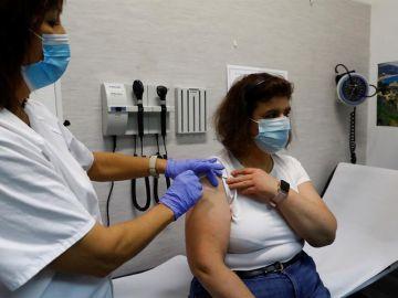 Una mujer se vacuna de la gripe en la Comunidad de Madrid