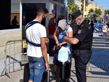 Un agente durante un control en el cierre fronterizo de Melilla