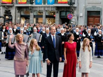 Los reyes Felipe y Letizia, junto a sus hijas, la princesa Leonor (2i), y la infanta Sofía, y la reina Sofía, a su llegada a la ceremonia de entrega de los Premios Princesa de Asturias 2019