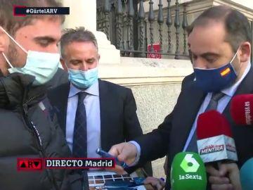 El momento del ministro Ábalos firmando autógrafos ante los medios de comunicación