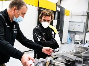 Fernando Alonso visita Enstone