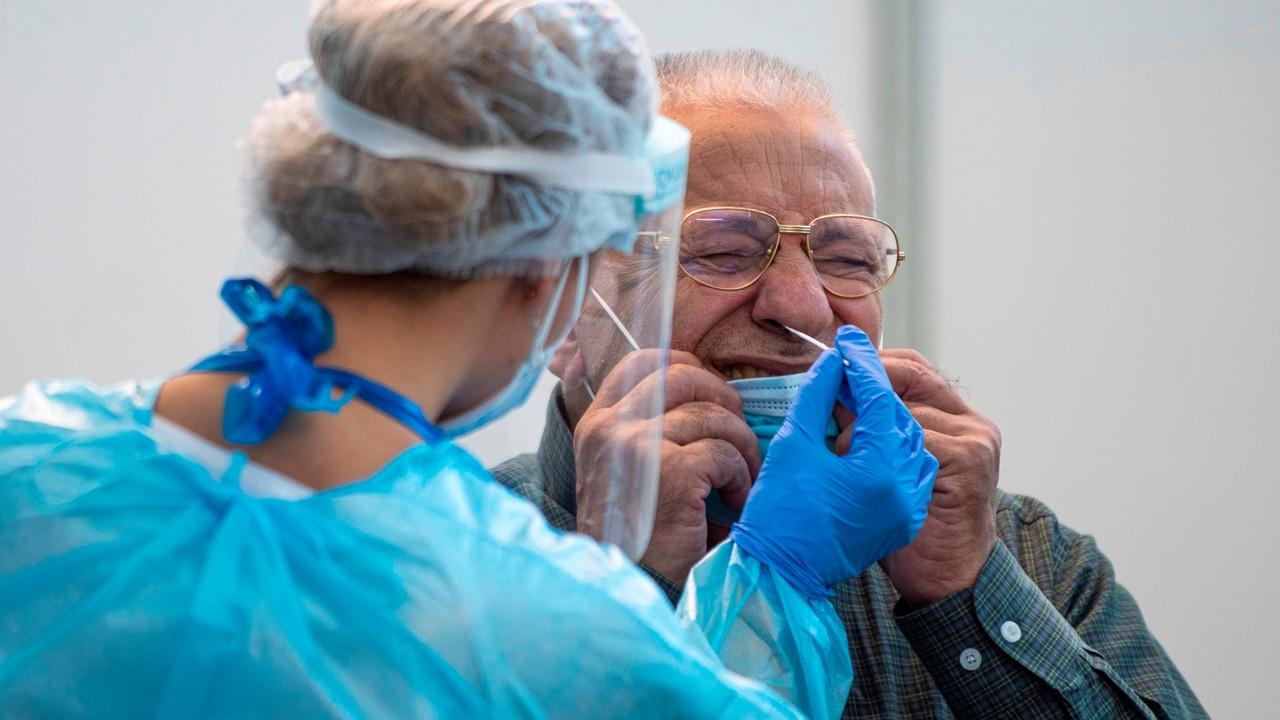Una persona se somete a un test de diagnóstico para la COVID-19