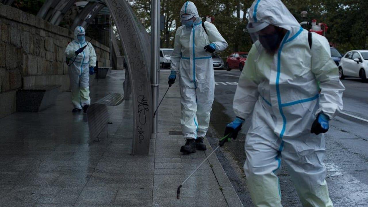 Labores de desinfección en una calle de Ourense