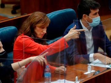 Polémica por un gesto de Mónica García en la Asamblea: el PP le acusa de simular una pistola pero ella lo niega