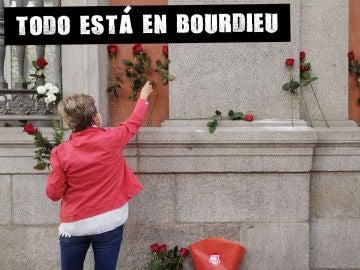 Una mujer deposita flores en el lugar en el que se encontraba la placa colocada en honor de Francisco Largo Caballero