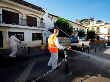 Operarios del Ayuntamiento de Almodóvar del Río (Córdoba) desinfectan las calles del municipio