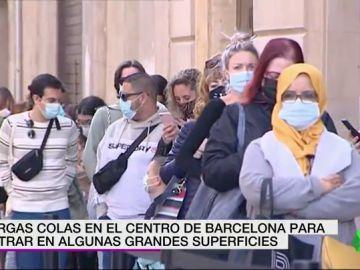 Largas colas en varias grandes superficies de Barcelona tras el cierre de bares y restaurantes