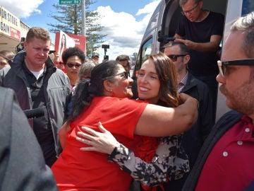Una simpatizante de Jacinda Ardern la abraza en el día final de la campaña electoral en Nueva Zelanda