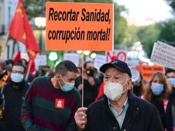 Imagen de un hombre en la manifestación por la sanidad pública en Madrid