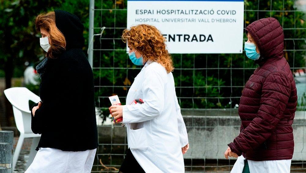 Varios sanitarios en las inmediaciones del Pavelló d'Esports de la Vall d'Hebron de Barcelona