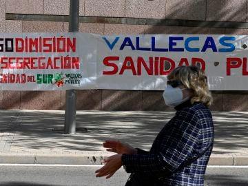 Una mujer toma parte en la concentración frente a la Asamblea de Madrid en defensa de la Sanidad Pública