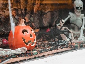 Imagen de archivo de un escaparate decorado con motivos de Halloween
