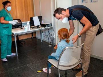 Una niña es atendida en la unidad 'Kid Covid' en Palma de Mallorca