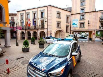 Un coche de Policía estacionado en una plaza de Aranda de Duero