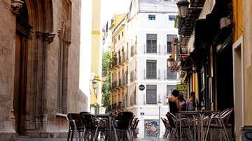 La terraza de un bar frente al edificio de La Lonja