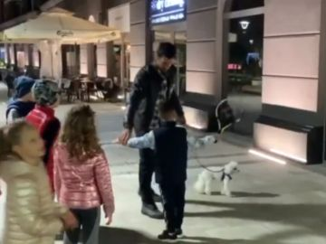 Djokovic enseña a unos niños en la calle