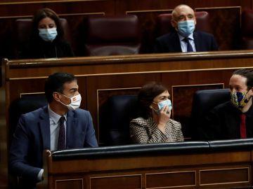 Pedro Sánchez, Carmen Calvo y Pablo Iglesias en el Congreso