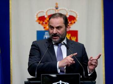 Ábalos da un discurso durante la firma el Protocolo General de Actuación de Agenda Urbana en el Ayuntamiento de Fuenlabrada
