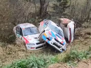Coches accidentados en el rally de Rusia