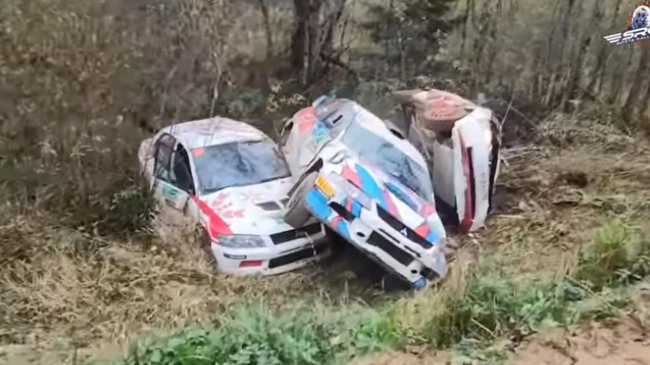 Coches accidentados en el rally de Rusia