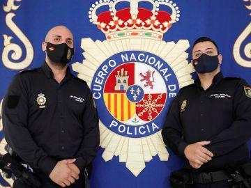 Los dos agentes de la Policía Nacional pertenecientes al Grupo de Atención al Ciudadano de Valencia, que salvaron la vida a una niña.