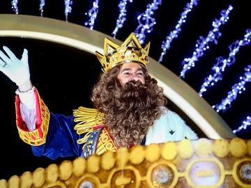 El rey Gaspar saluda desde la carroza en la Cabalgata de los Reyes Magos el pasado 5 de enero