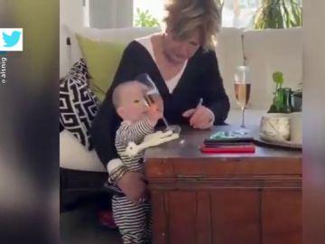 El vídeo viral de una abuela que debe elegir entre salvar de caer al suelo a una copa de champán o a su nieto
