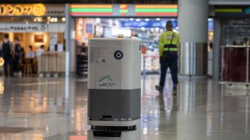Un robot patrulla en el aeropuerto de Hong Kong