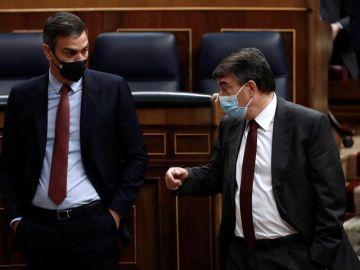 El presidente del Gobierno, Pedro Sánchez y el portavoz del PNV Aitor Esteban, conversan tras la intervención del líder de Vox.