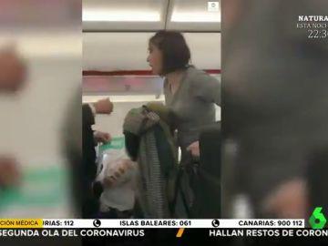 Una mujer tose a los pasajeros de un avión como venganza al ser expulsada por no llevar mascarilla