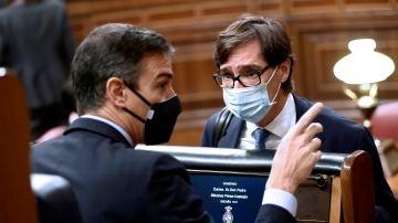Pedro Sánchez y Salvador Illa conversan en el Congreso de los Diputados