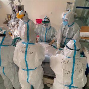 Imagen de varios sanitarios atendiendo a un paciente de la unidad de críticos del hospital de Ourense