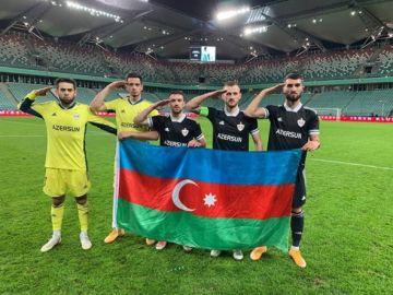 Varios jugadores del Qarabag posan junto a la bandera de Azerbaiyán