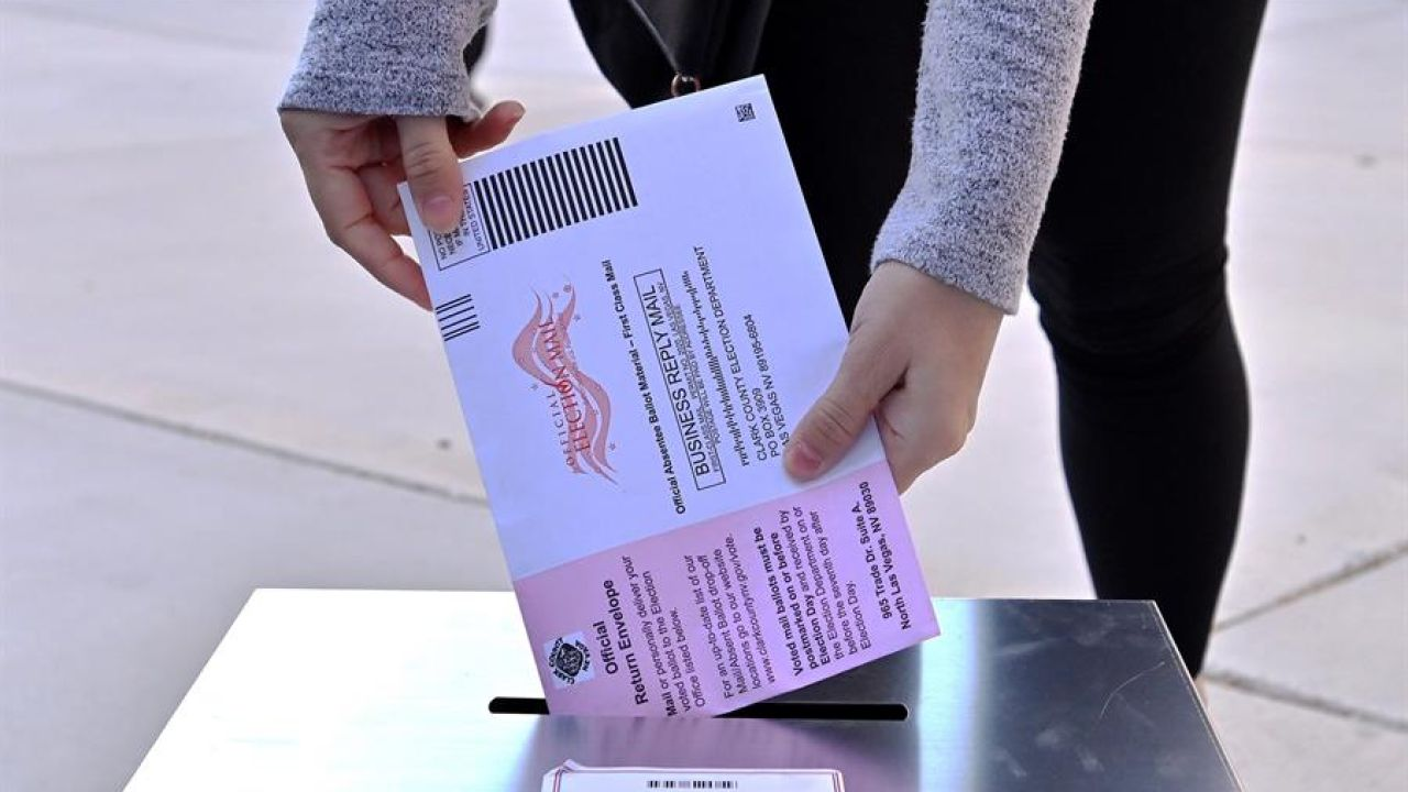 Una persona introduce una papeleta en las elecciones de EEUU
