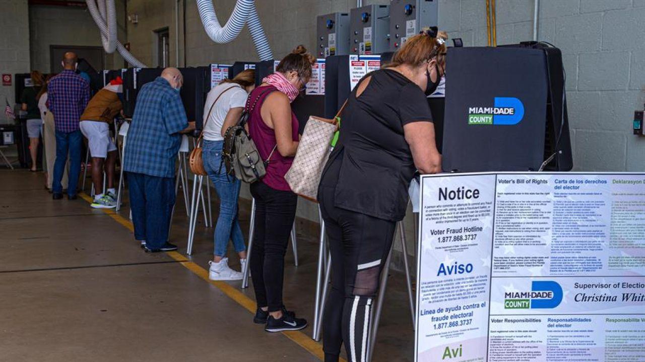 Imagen de personas votando en EEUU