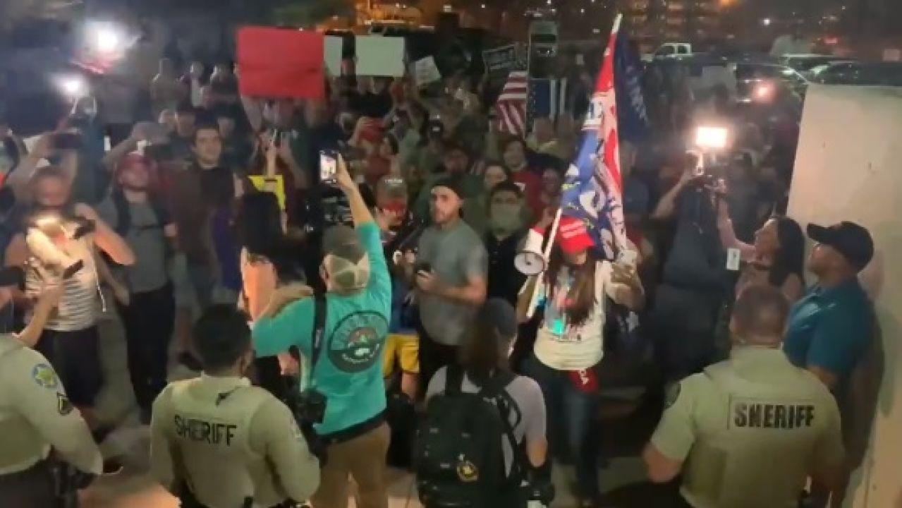 Imagen de la CNN de la protesta ante el centro de votación