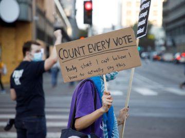 Protesta en Los Ángeles a favor del recuento de todos los votos